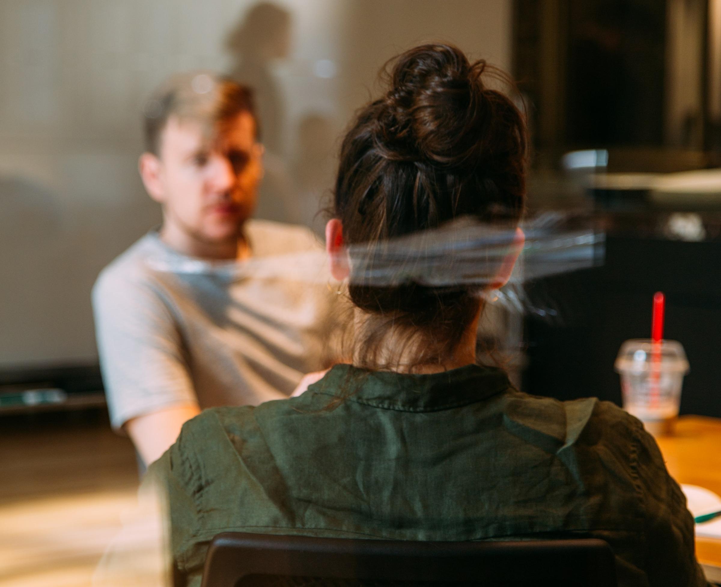 chef och medarbetare sitter i möte