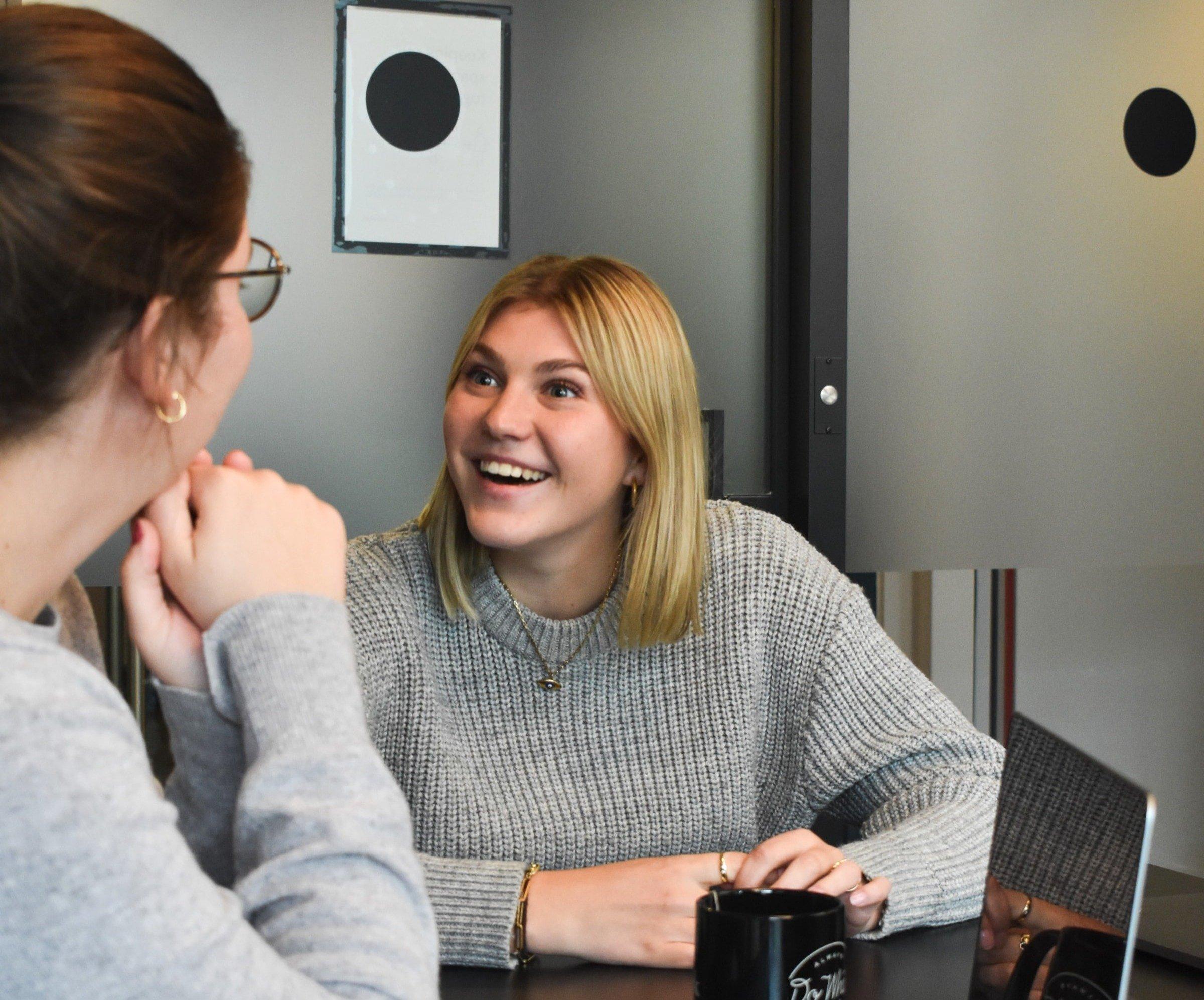 två kvinnor i samtal