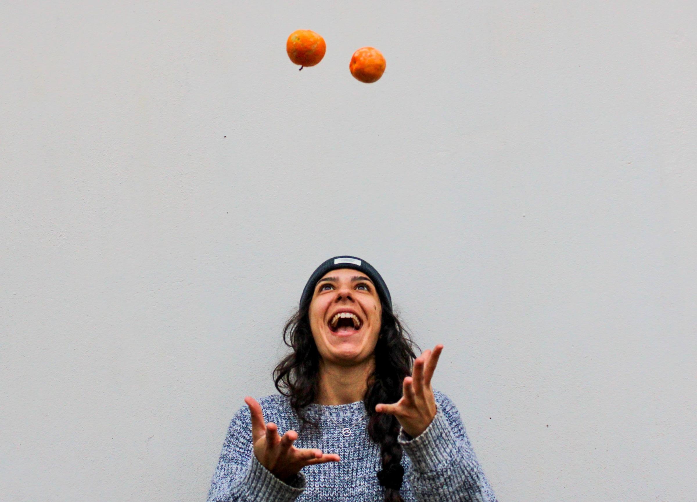 kvinna jonglerar med äpplen