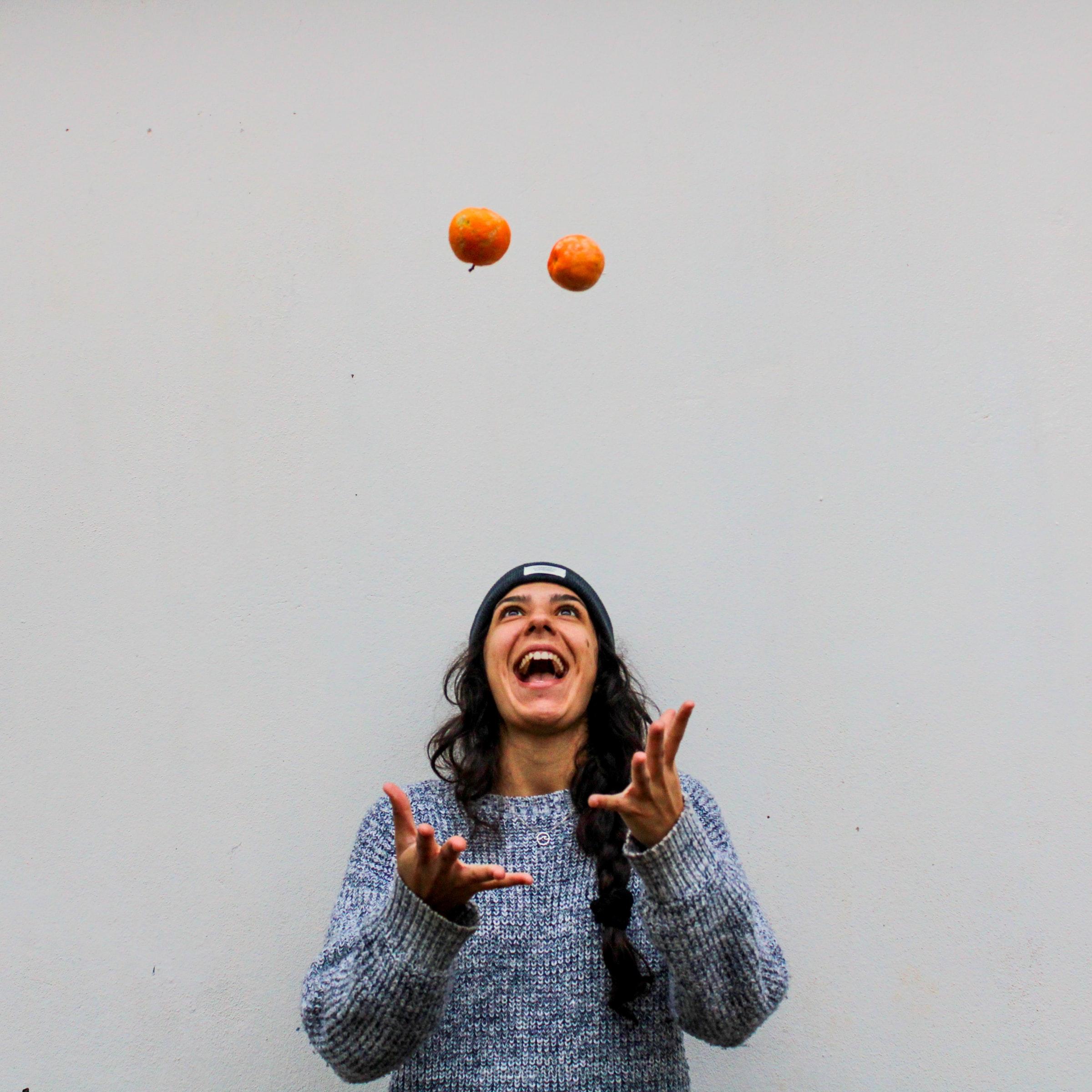 kvinna jonglerar med bollar