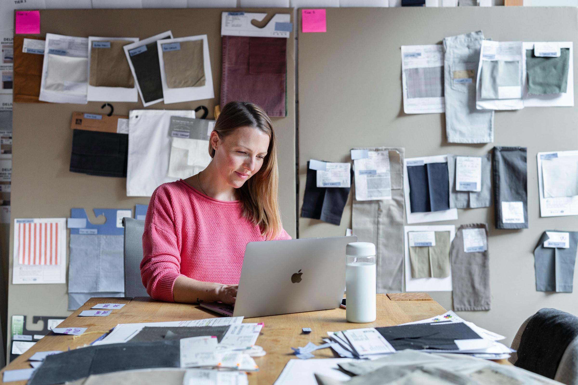 kvinna sitter vid skrivbord