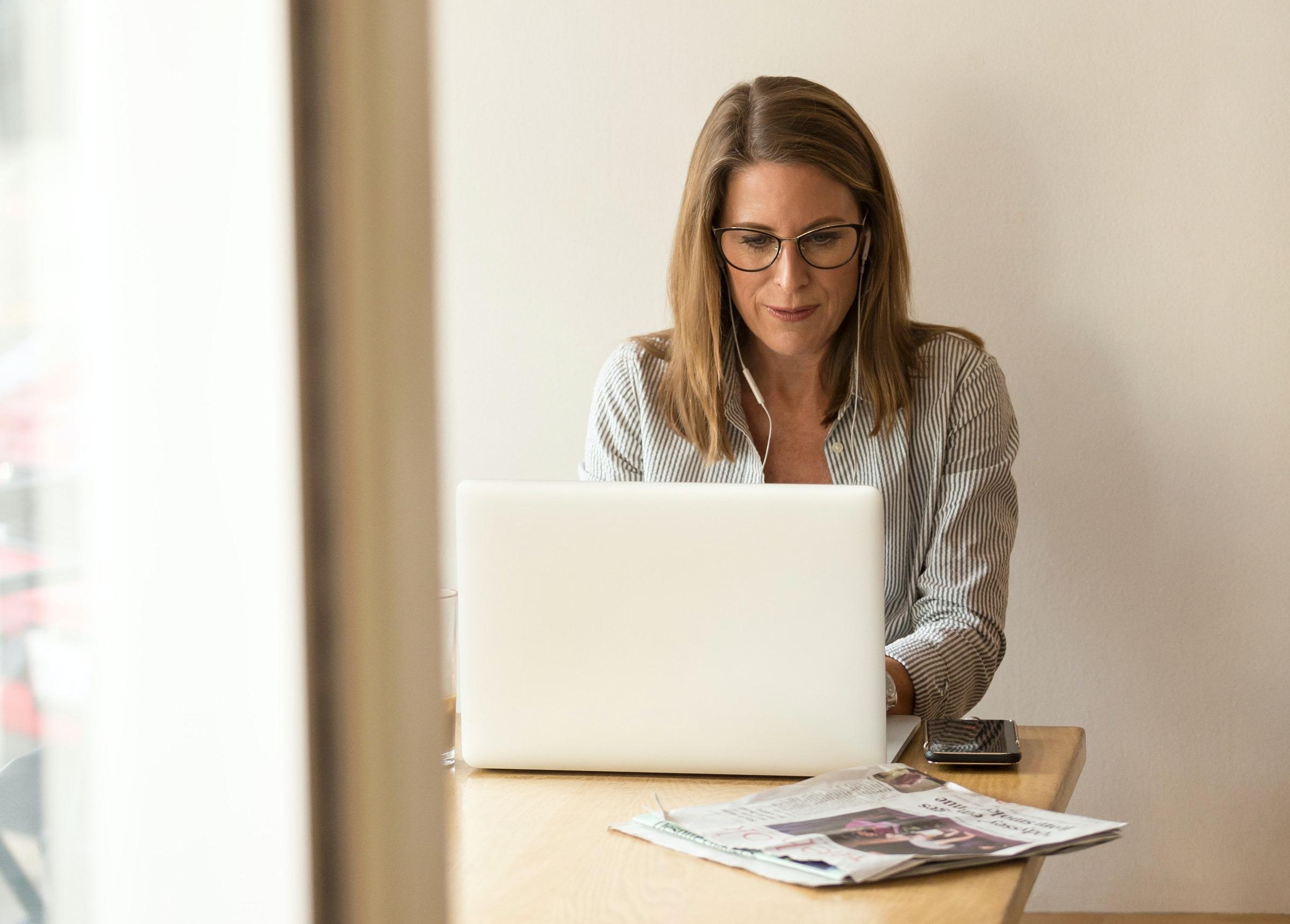 kvinna som sitter framför dator