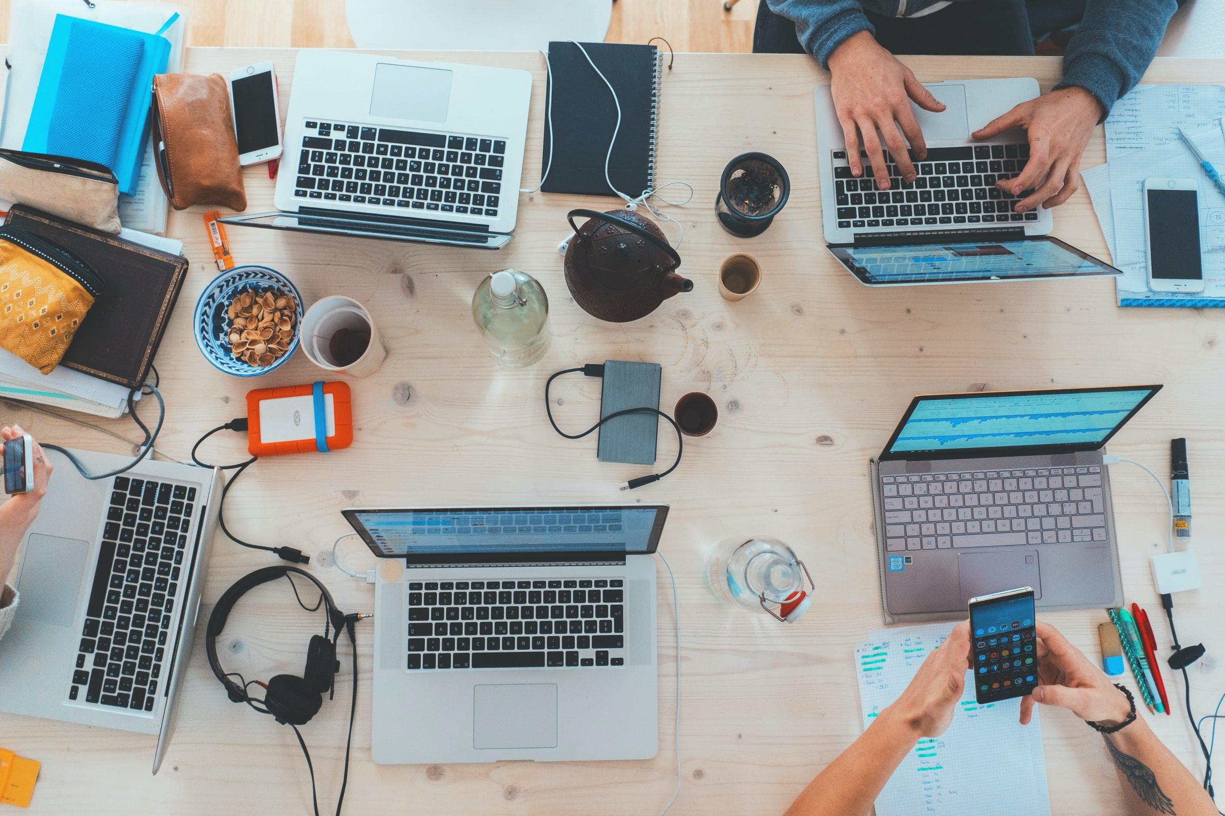 datorer och tillbehör på konferensbord