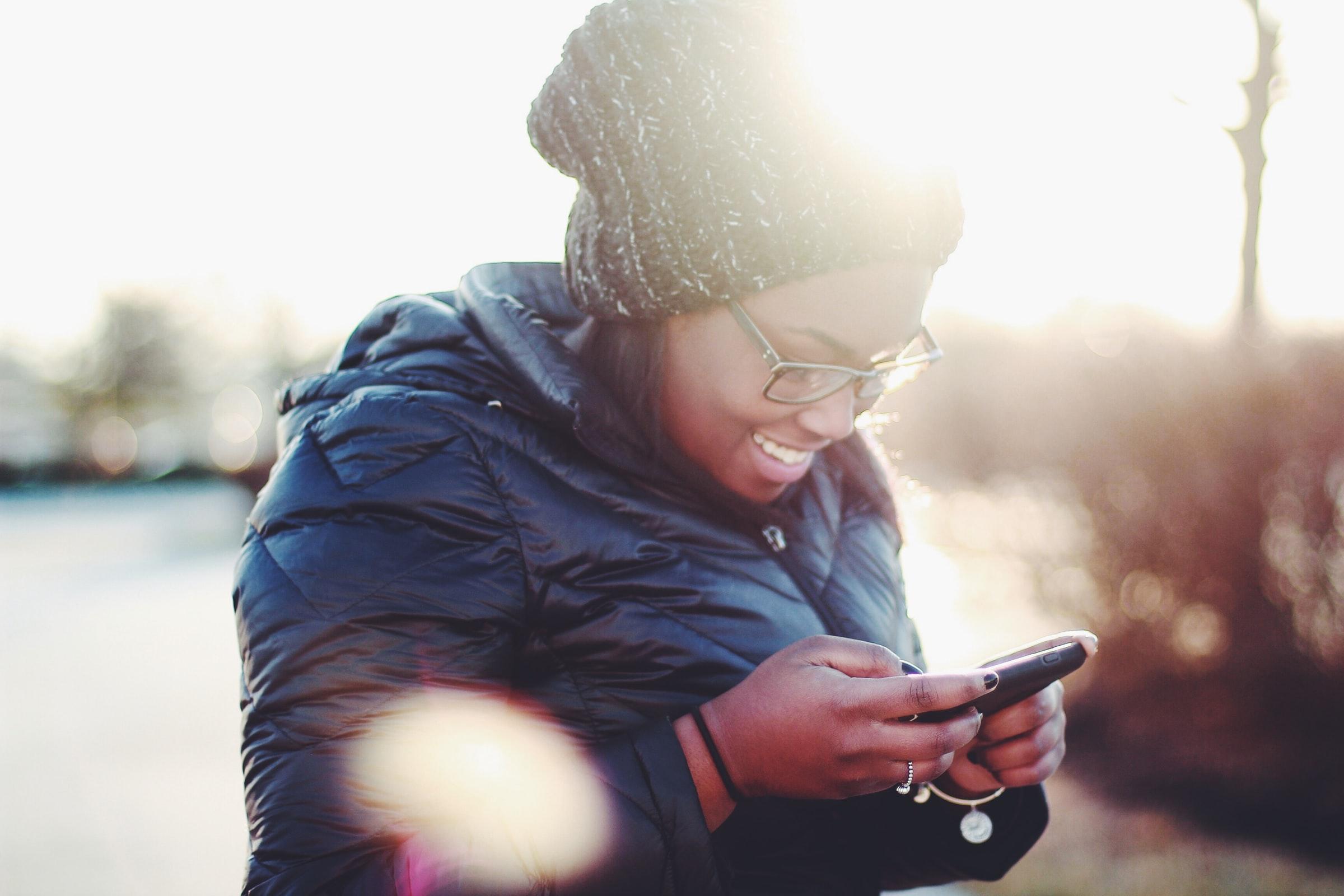 kvinna läser ett sms