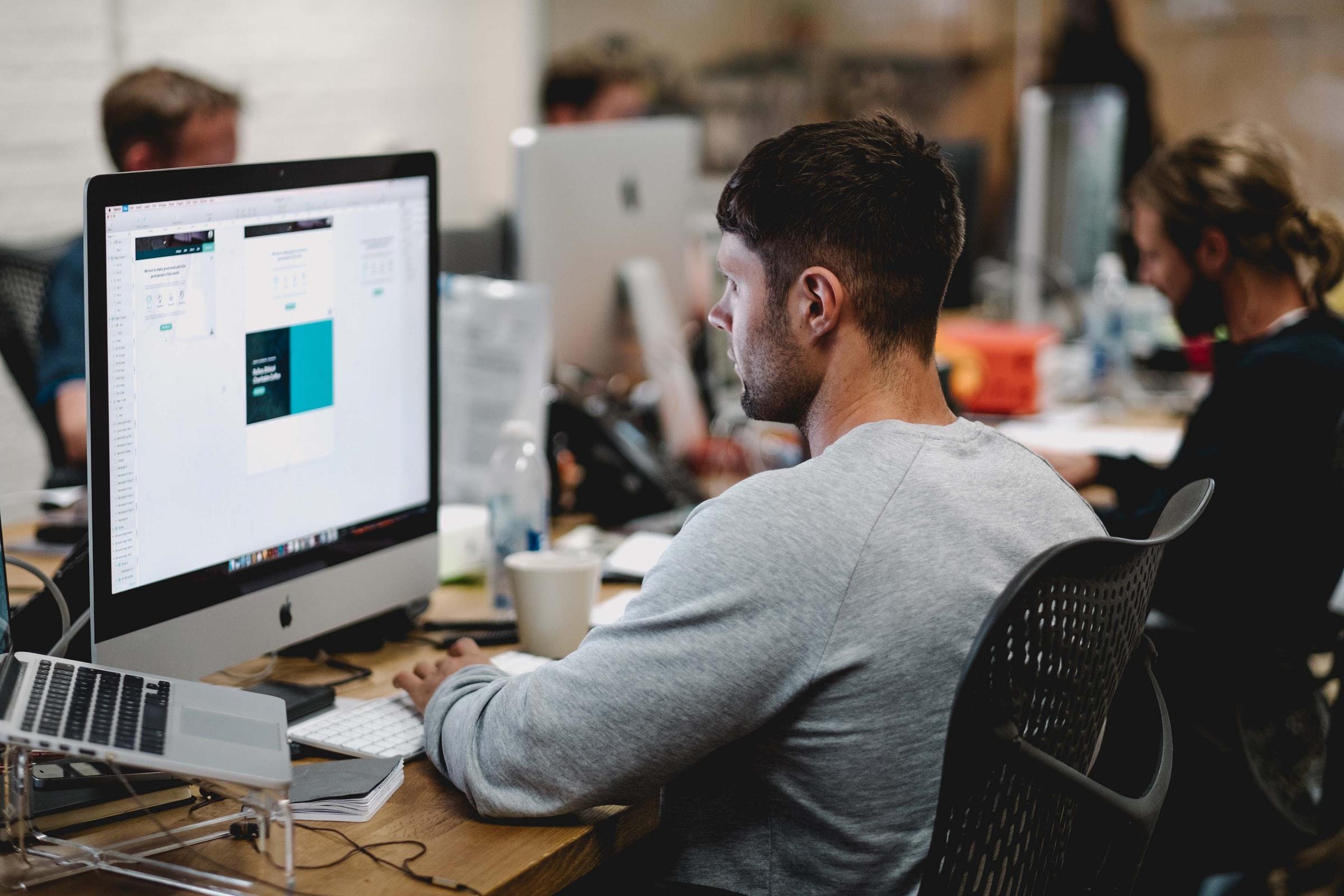webbutvecklare framför datorskärm