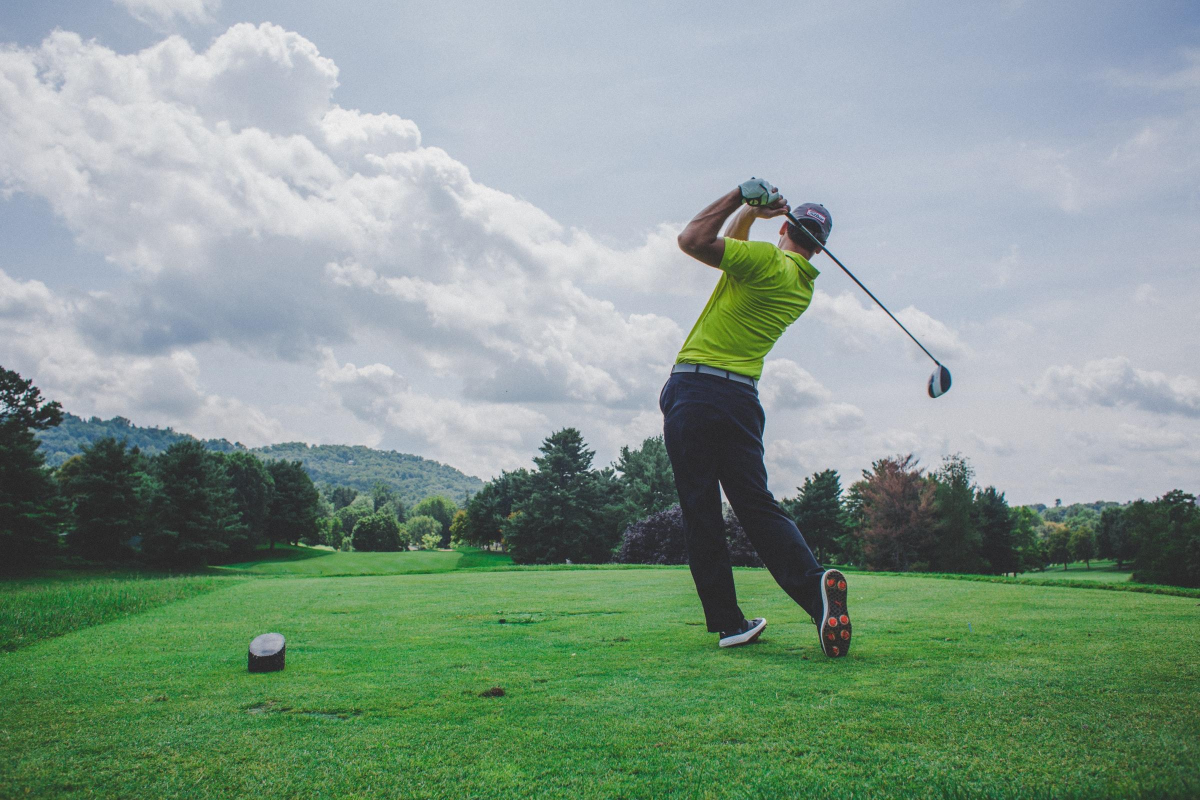 golfspelare som svingar