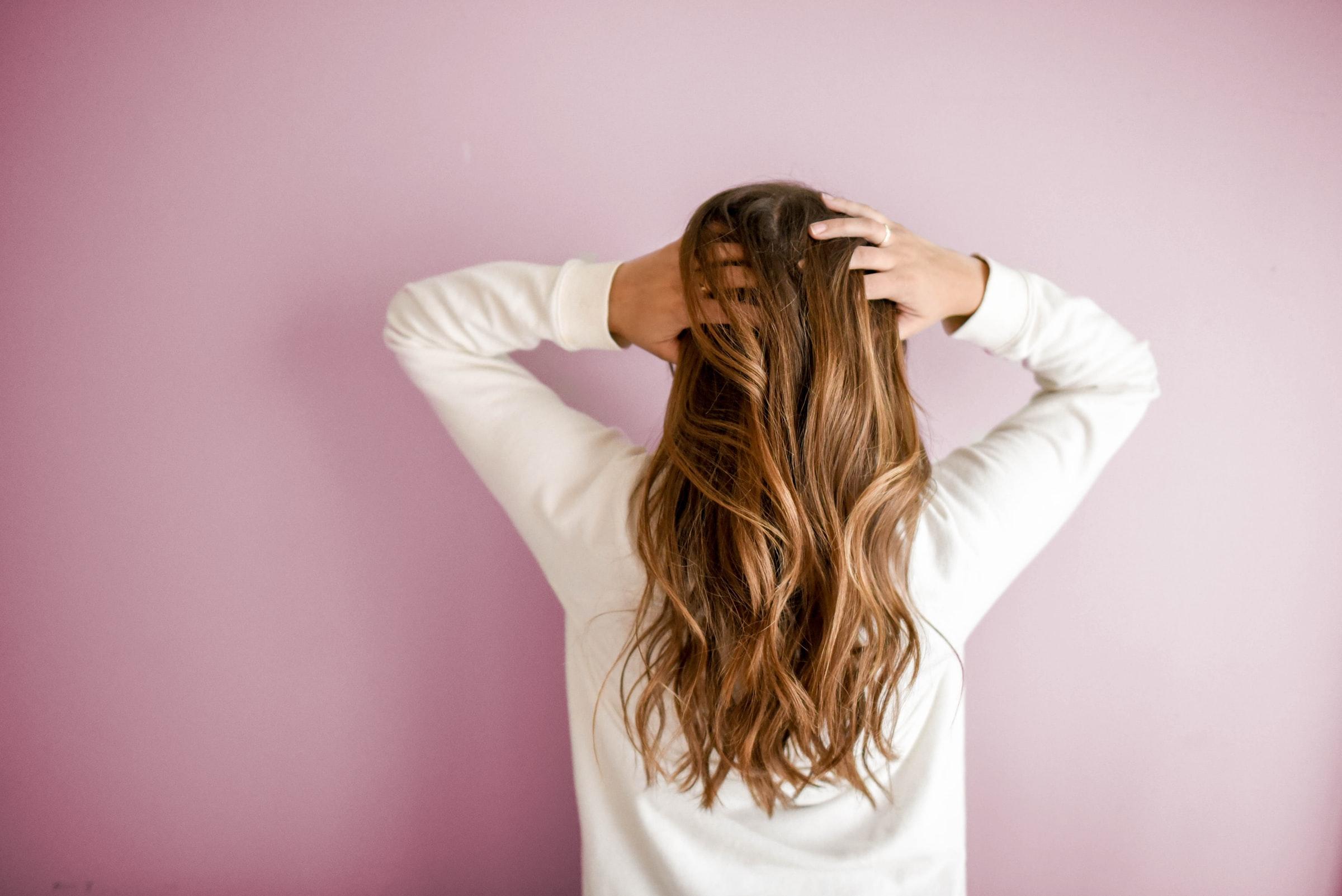 kvinna med långt hår