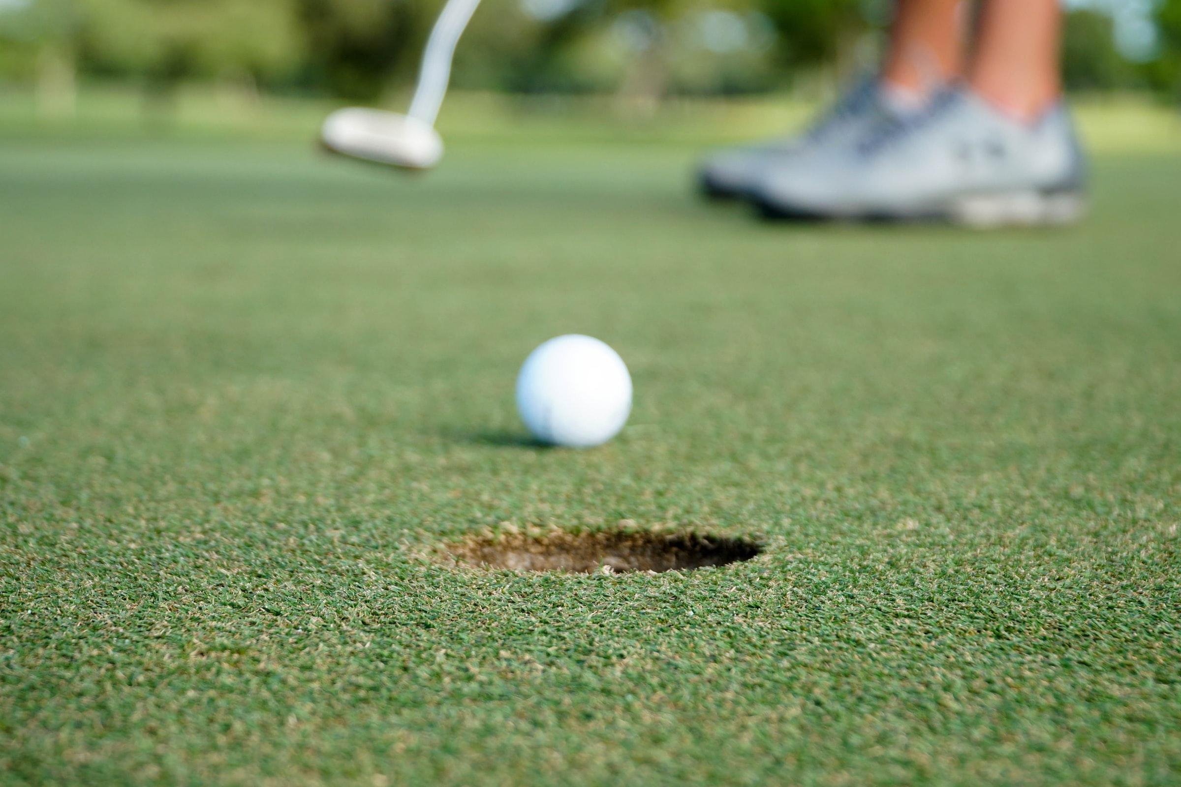 golfboll på väg mot hålet