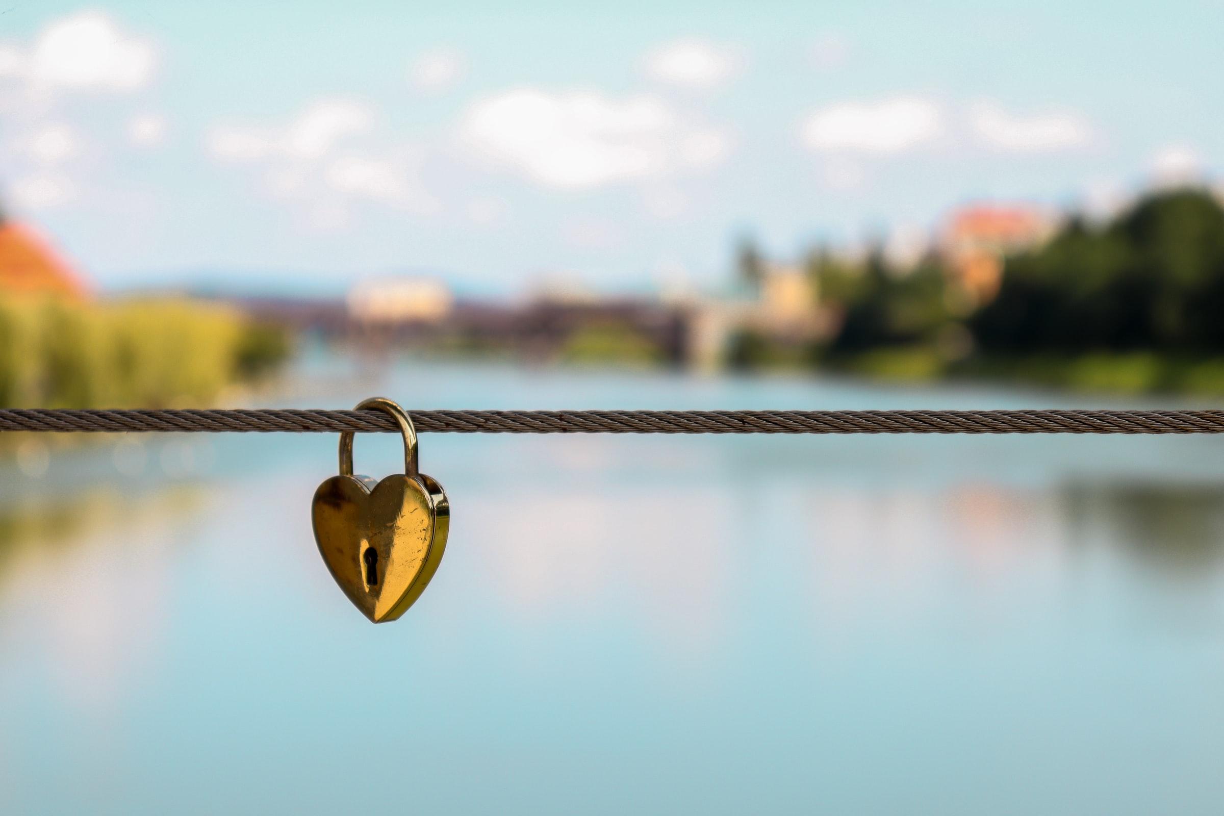 hjärtformat lås hänger på snöre
