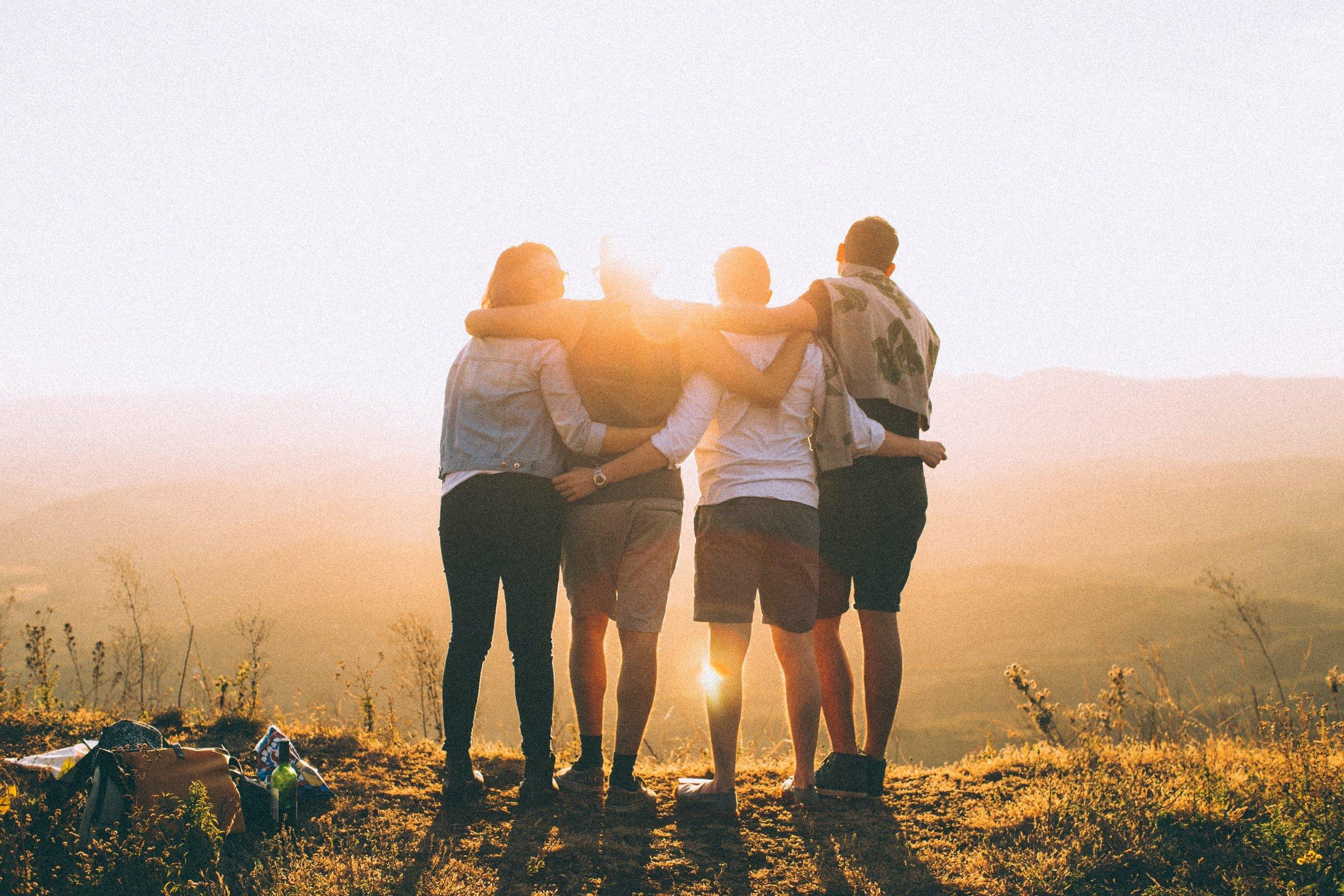 gruppkram i solnedgången