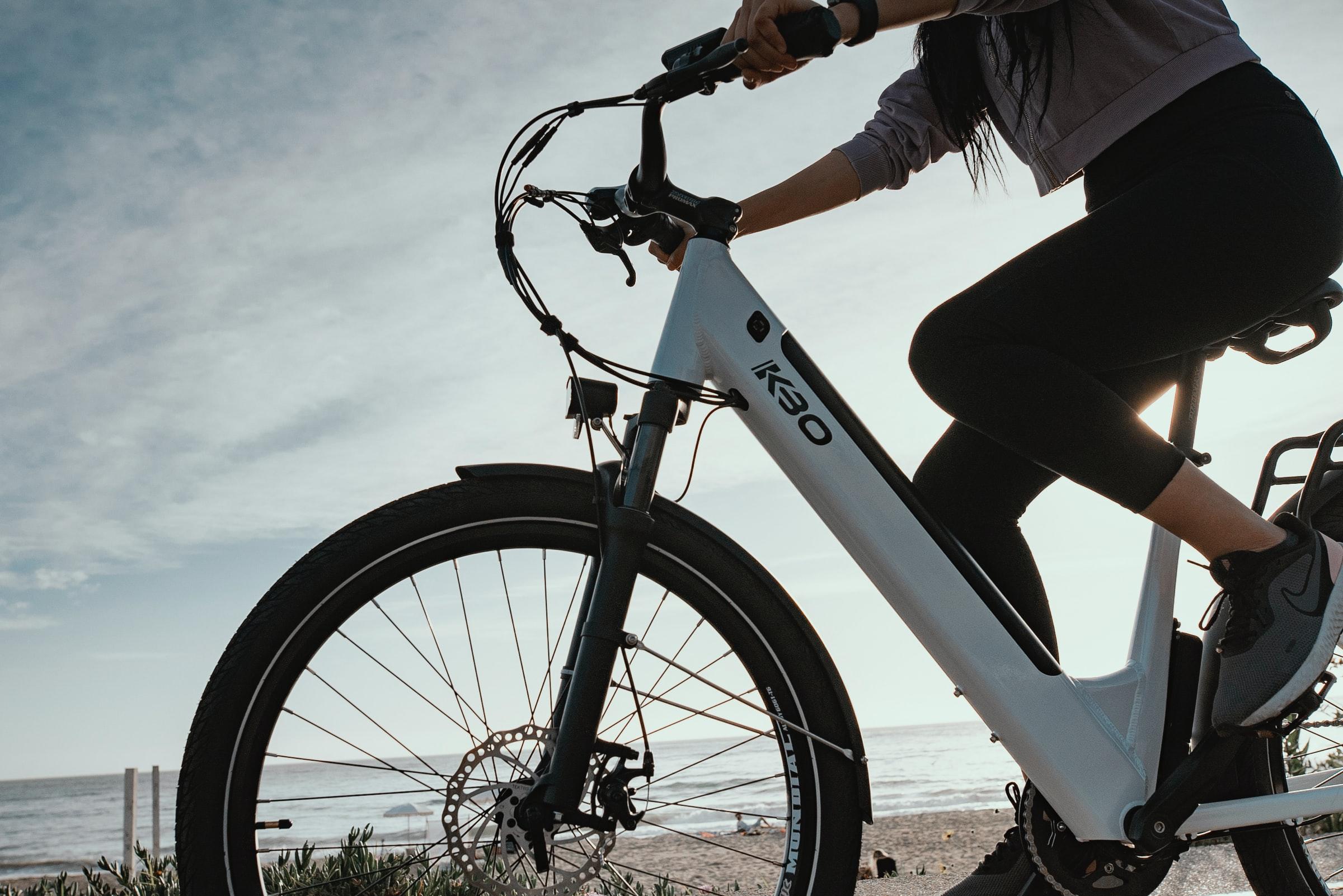 kvinna på vit cykel